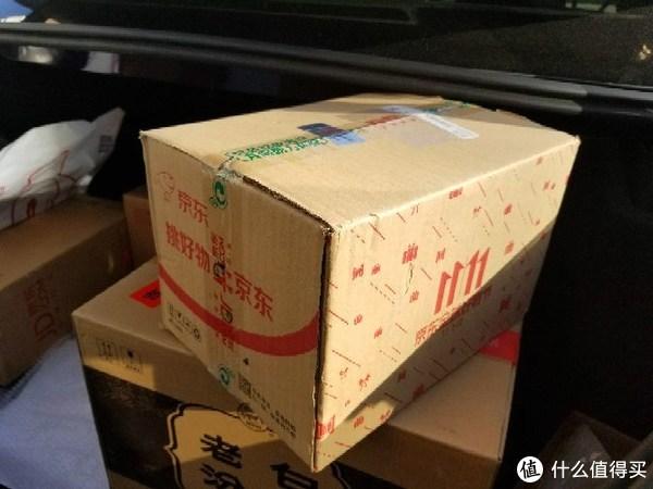 如同往常,小哥又把几个快递盒子帮我搬到了车上,上面这盒就是优雅小蓝针,双11的纸箱还没用完。