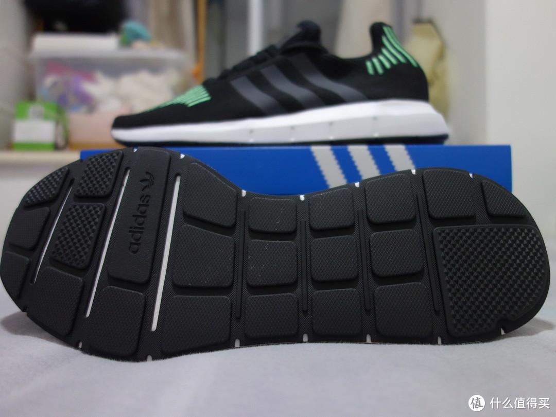 定位是休闲鞋也只用了普通的防滑大底。