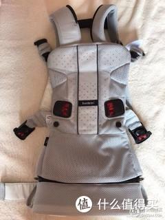 很实用的背带,颜值高,背出去回头率百分百。网眼透气,用来背小宝宝合适,基本轻身出门,打车坐地铁都方便。这个牌子的质量确实好,就是更适合高个爸爸使用,对于矮个妈妈不友好,穿起来不舒服。