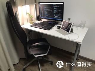 工作台,显示器是戴尔27寸的1500左右,因为分辨率低,已更换。还是买了23寸优派显示器(699)+支架(149)成本低还方便扩展,有需要还可以再配个显示器+支架。座椅都是宜家的,皮椅有点滑,腰部支撑不怎么好。
