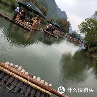 桂林山水甲天下,竹筏漂流感觉不错,还可以寻找人民币后面的风景![棒棒哒]