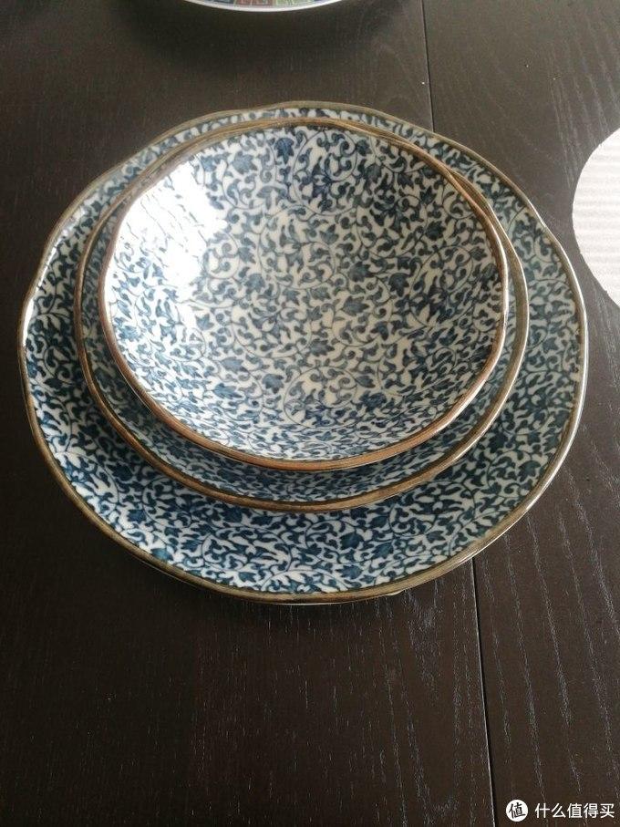 唐草花纹,还是很大中华的。深盘,拿来装汤汤水水比较多的盘是个神器。