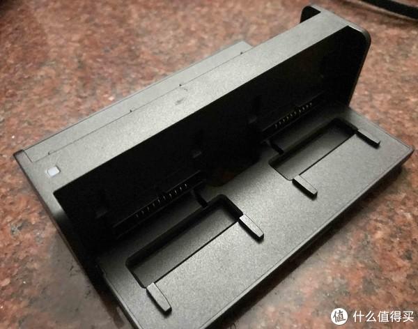 其实是可以打开的,最多支持一次充四块电池
