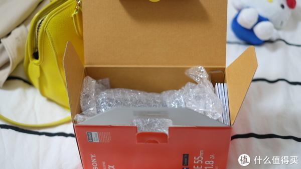 头的箱子就简单多了打开除了保护膜就是真皮包里装着镜头