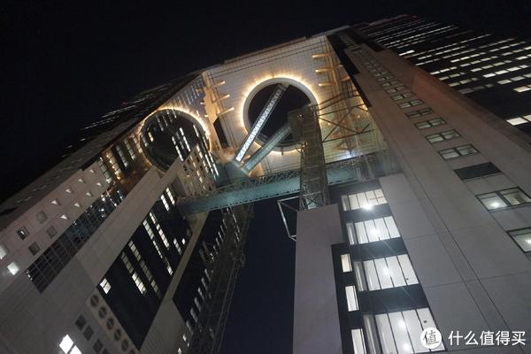 从底下看蓝天大厦