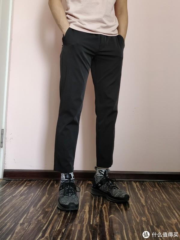 与休闲裤的搭配,九分休闲裤搭配起来尚可。