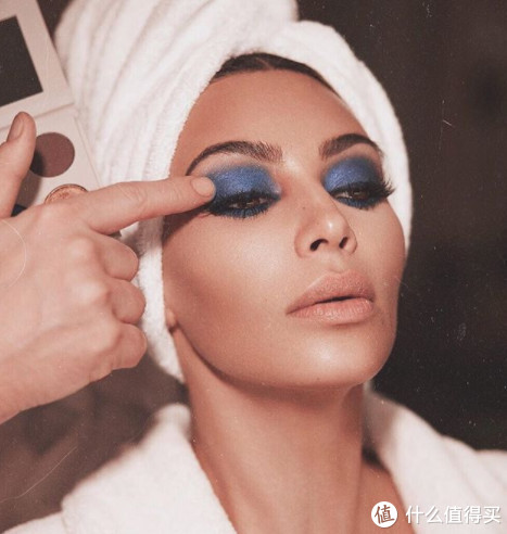 戏精家族又搞事?卡戴珊姐妹承包你的化妆台!