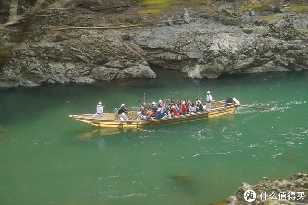 和下面坐船的游客打招呼