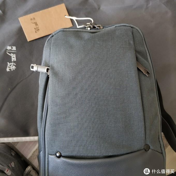 前面有三个袋,一长一短两个侧边拉链袋,下面那个是个开口的小