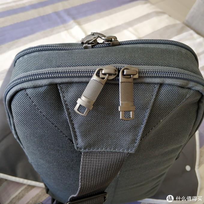 背面也有一个拉链袋,但是很薄,也就放点文件啥的。