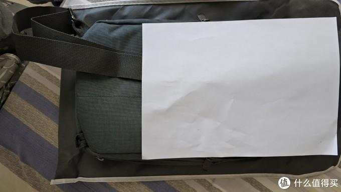 与A4纸大小比较,全款刚好A4那么宽,里面其实就放不下了。