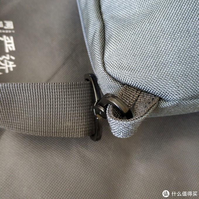 背带挂钩,没有用D型金属环,只是用了帆布袋,倒是简单但是不知道
