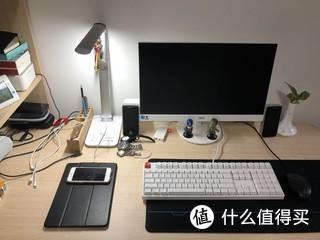 曲美书桌,加上好视力台灯,ikbc时光机键盘,创新小音箱,办公休闲足够啦~