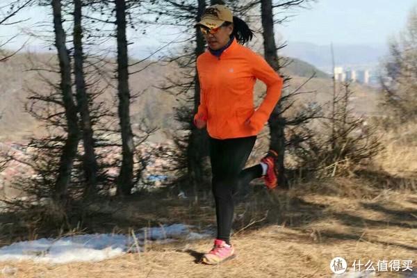 一层带绒的压缩衣外穿了它,在零下接近十度的气温里出去晨跑了六公里。