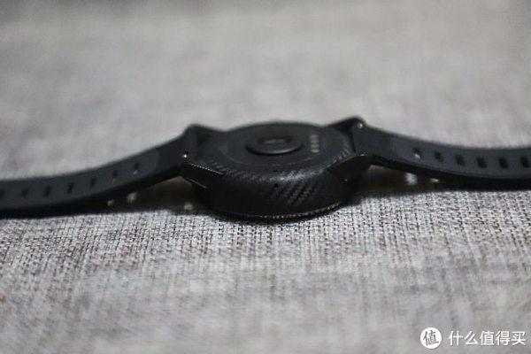 侧面碳纤维装饰的陶瓷表圈,背面感应小窗。