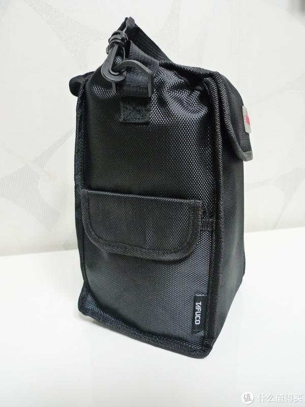 侧面是一个小袋子,可以放些零碎物品,体积很小,放袋榨菜还可以