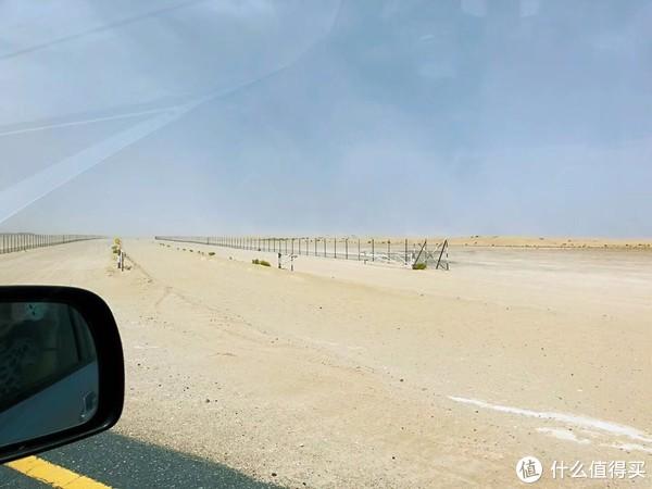 周围一望无际的沙漠