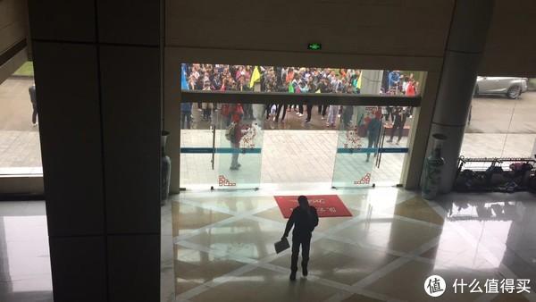 这是从大厅二楼看到的外面集合的队员们