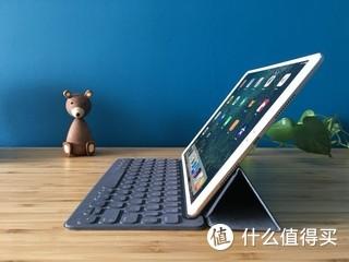 iPad Pro 10.5 三件套。虽然贵了点,但确实是目前最棒的平板电脑。试用了三个主流方案,发现还是原装的键盘套最便携好用,通过 Smart Connect 连接非常方便。 Apple Pencil 不用多说了,颠覆使用体验的输入利器。