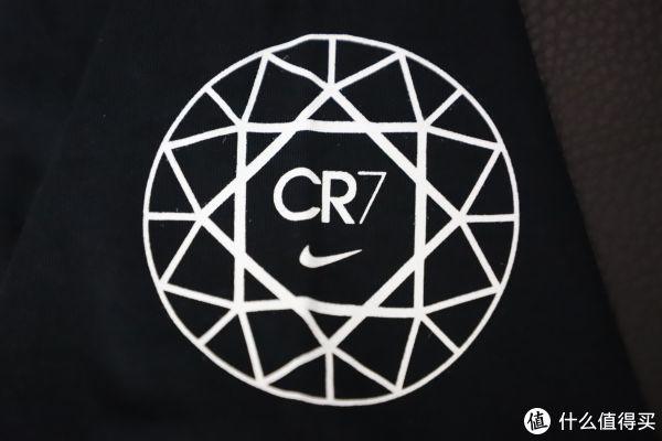 袖口处的logo