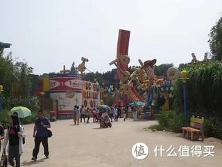 假期去迪士尼乐园玩也是不错的选择,这是几年前在香港的迪士尼拍的。可惜好多项目不敢玩。