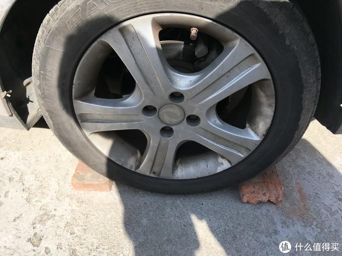 车轮子底下随便压点啥都成,别让车轮乱跑