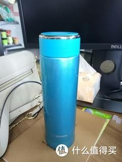 用了几个月的保温杯,感觉真不错,特别喜欢杯口的硅胶设计,喝水时不用触碰到不锈钢,尤其冬天很舒服。这一款还有黑色、粉色等,我喜欢这个蓝色。当时买两个优惠后单价138。