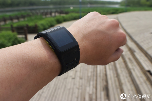 独立性高,自带GPS、三秒定位的埃微P1运动手表