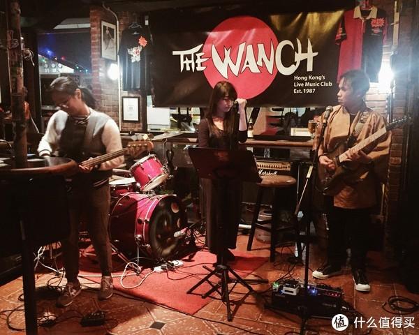 ▲看朋友的朋友的乐队在酒吧驻唱。