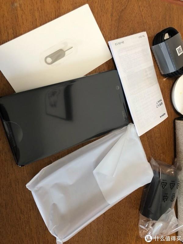 全家福。手机,清水壳,充电头,数据线,卡针,说明书。