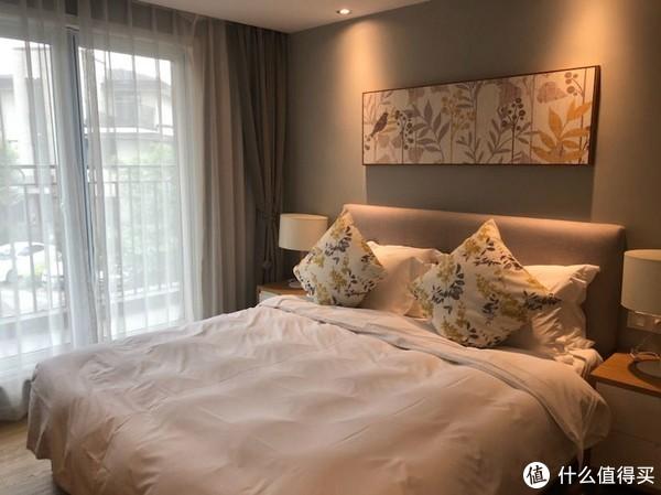 两个卧室,一张床1.8一张床1.2