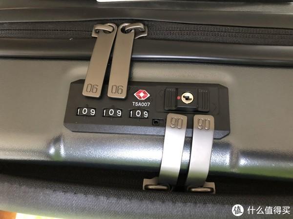 TSA密码锁,内仓和前仓锁扣分置,向右打开前仓,向左打开内仓