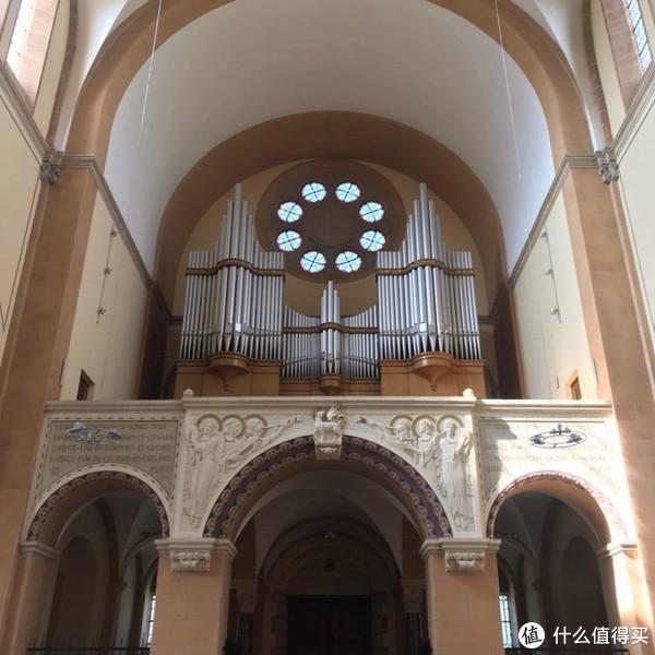 很多教堂后面都是风琴