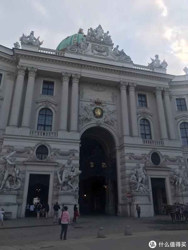 霍夫堡皇宫是奥地利哈布斯堡王朝的宫苑,坐落在首都维也纳的市中心。自1275年至1913年间,经过多次修建、重建,最终才演化成了现在这个由18个翼、19个庭院和2500个房间构成的迷宫。 皇宫依地势而建,分上宅、下宅两部分。上下两宅各有一个花园。上宅是帝王办公、迎宾和举行盛大活动的地方,下宅作为起居接借宿用。
