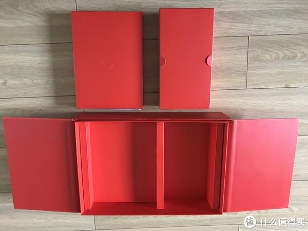 拿出x1c后,还有两个红色的小盒子