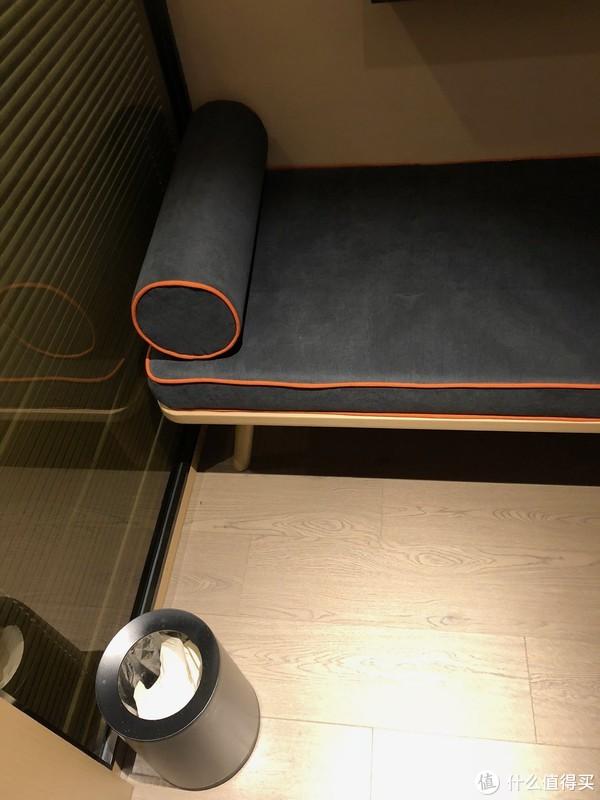 电视机柜下的沙发椅,LP数了下这个房间至少能睡4人