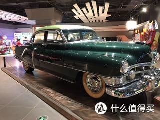 正月去天津家于家堡自贸区偶然遇上了环球汽车文化公园的展览,展区内全部都是各种老爷车,从上个世纪二三十年代的老爷车到七八十年代的车子,虽然车子的年事已高,但是历久弥新,在今日看这些车仍然算是时尚潮流,从上个世界穿越过来的车子给人们讲述汽车工业发展史的辉煌印记。