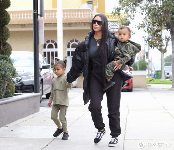 2月19日卡戴珊与儿子、女儿小西北外出被拍