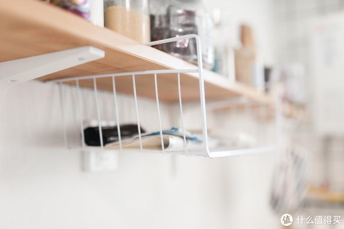 吊篮里同样可以放一些常用物品,比如保鲜袋。