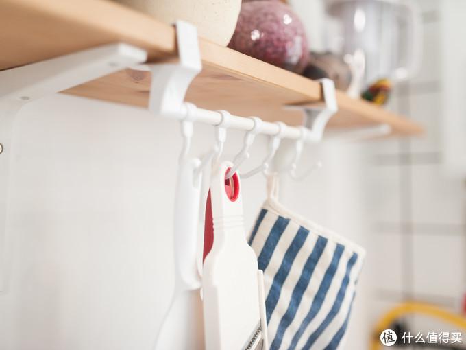 挂钩可以放烘焙手套或者削皮刀等物品,用的时候伸手可得。