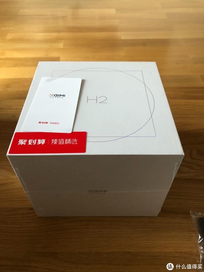 这次有别于H1黑色的设计,整体用白色外观,整体小了一圈。