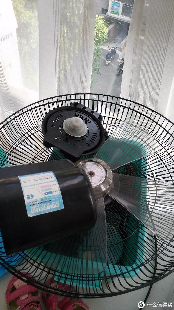 富士宝的遥控风扇拆了,摇头总咯吱咯吱响。最后判断声音来自同步电机。