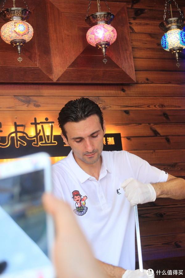网红土耳其冰淇淋,人太多了,老板都没怎么撩顾客,随便意思一下就把冰淇淋给顾客了~