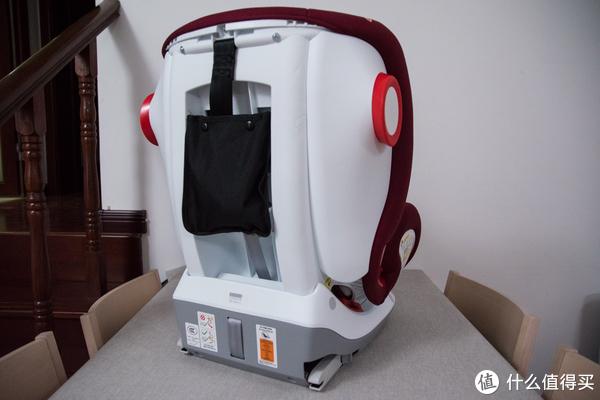 ▲座椅背面挂着一个袋子,里面装着LATCH的连接带。