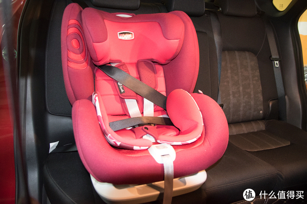 ▲车上安全带安装固定。我没有把这个安全带隐藏起来,这样看着比较直接。如果是平时就用车上安全带固定的话,可以将腰带和腹带隐藏在安全座椅的坐垫后面。