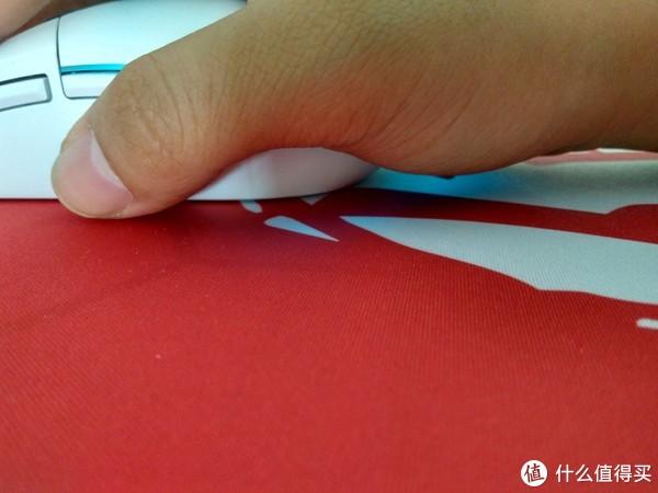 ▲因为尾部防夹肉处理角度较大,导致小手用户的手腕接触不到鼠标垫,严重影响操控
