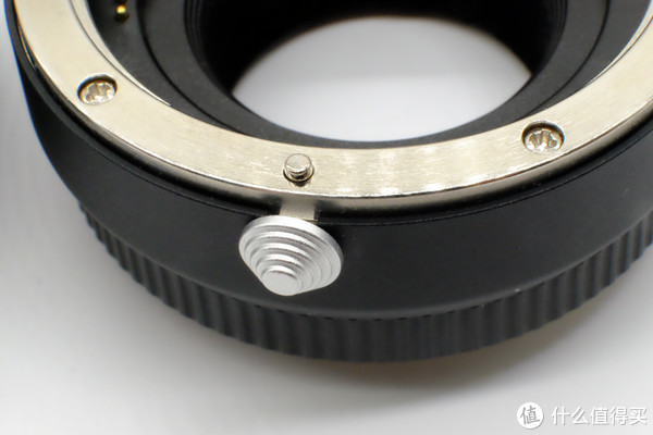 Fringer采用圆形山丘状镜头释放按钮,阻尼较松,用起来没那么费力。