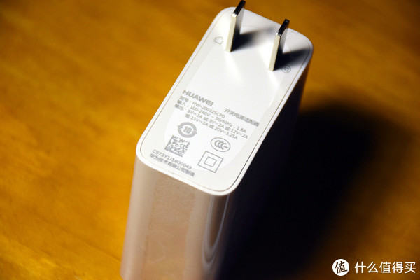 65W的电源适配器,支持多种电压充电,可能还能充手机