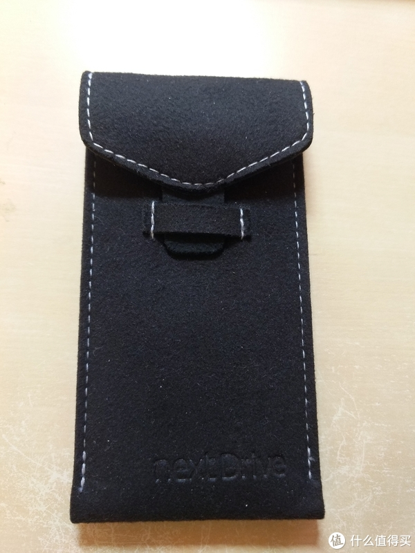 ▲随身保护套,简单的插口设计,粘毛材质,轻便