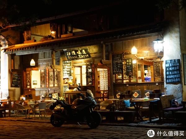 晚上的古镇里的餐厅(一)